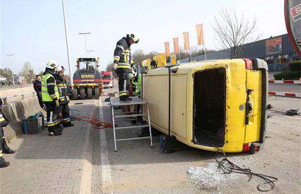 brandweer oefent ongeval met geknelden