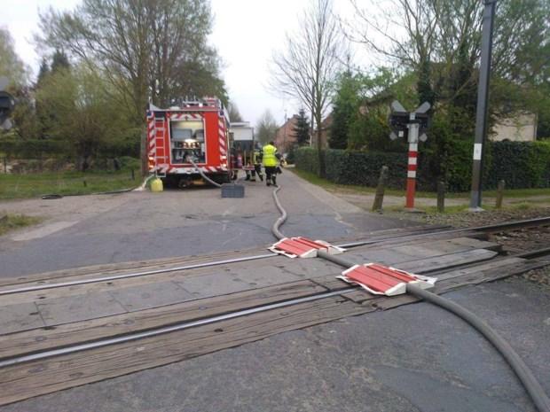 Pompier 'beschermt' brandweerslang op treinsporen