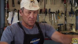 Armstrong maakt comeback... als fietsenmaker (video)