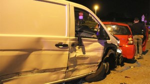 Bestelwagen knalt tegen acht auto's