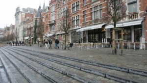 Man steekt band van combi plat en verwondt inspecteur op Oude Markt in Leuven