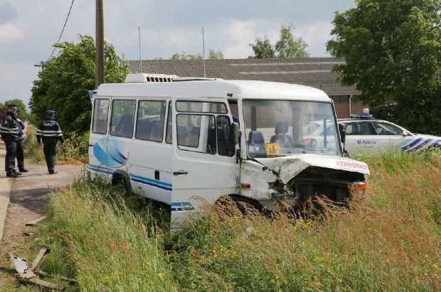 Vrachtwagen ramt bus gracht in