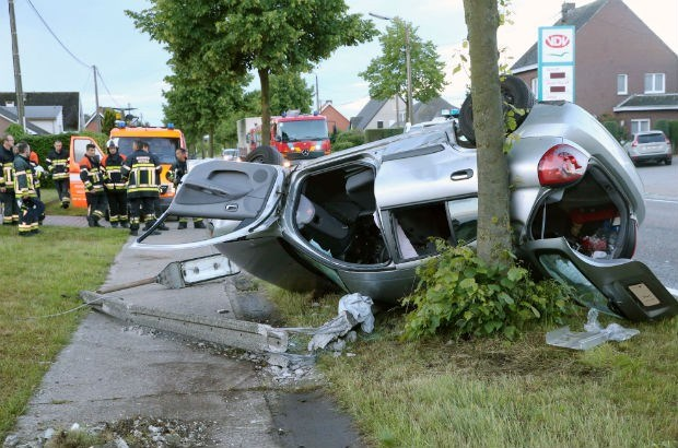 Vrouw gewond na crash tegen paal