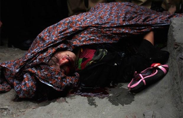 pakistaanse vrouw gestenigd omdat ze trouwt met man waarvan ze houdt