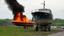 Plezierboot vliegt in brand