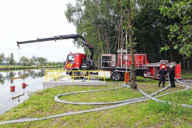 Brandweer pompt massa water uit kanaal