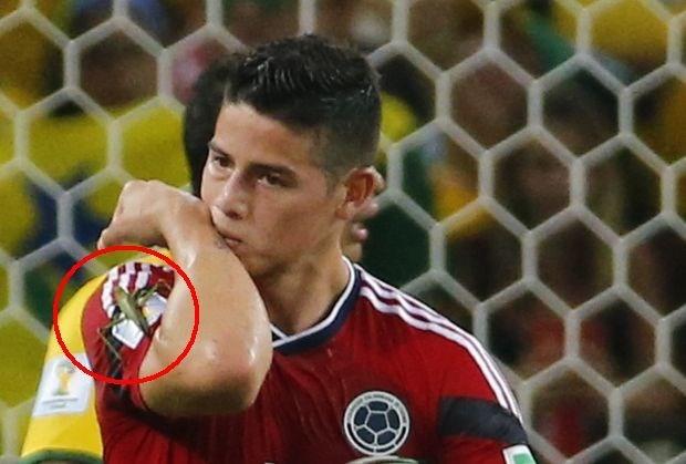 Wat zat er op de schouder van James na zijn penalty? (video)