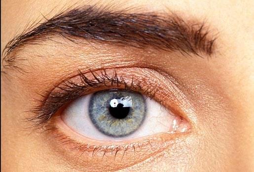 Contactlenzen verhogen het risico op hangende oogleden