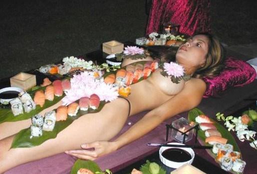"""""""Sushi eet je van een naakte vrouw"""""""