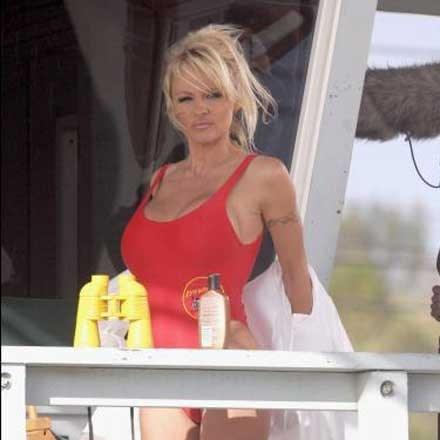 Vuurrode badpak Pamela Anderson te koop
