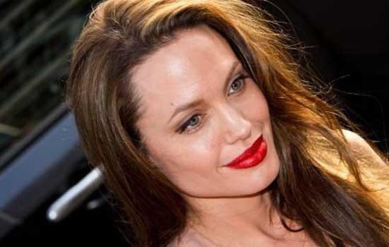 Angelina Jolie doorprikt huid voor frisse teint