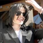 Michael Jackson koopt eigen cd's in Hollywood