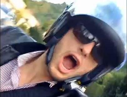 Ashton Kutcher maakt levensgevaarlijke rit op de motor