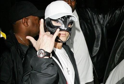 Eminem met potsierlijk masker de straat op