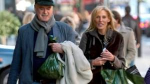 Vriendin John Cleese gaat naakt om alimentatie van zijn ex te betalen