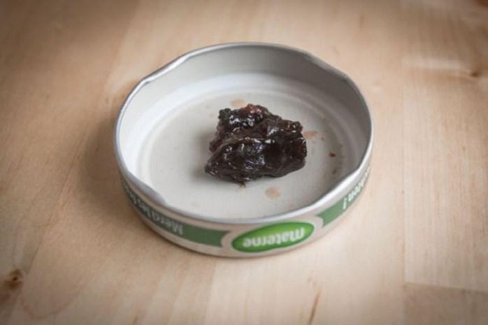 Sanne vindt muizenkop in pot confituur