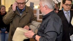 Prins Laurent grijpt Batibouw-bezoek aan om ... sloefkes te kopen